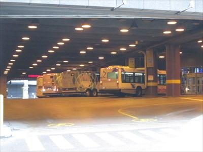 On voit des autobus garés au Quai Sud