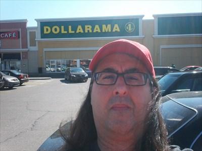 ... en avant du Dollarama.