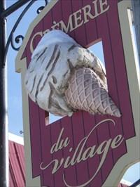 Photo de gauche avec gros plan du Cornet et sa boule de crème glacée.  Left picture with detail of Cornet and ball of ice cream.