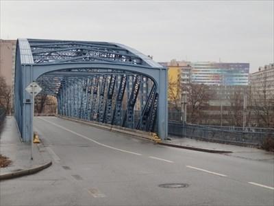 Modrý most a duhová budova