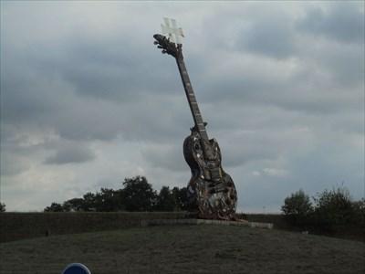 Une superbe guitare impossible à louper, sise sur un rond point à l'entrée de Clisson