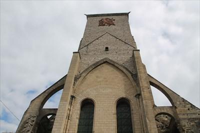 Vue de l'autre face de la tour. Nous noterons qu'elle est en meilleur état que l'autre