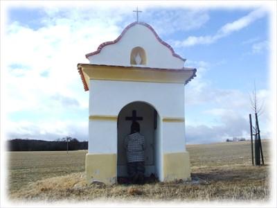 Chapel of St. John of Nepomuk was built as a stoping for pilgrims on the way to Rimov./// Kaplička svatého Jana Nepomuckého u Radošovic sloužila jako zastavení pro poutníky směřující do Římova.