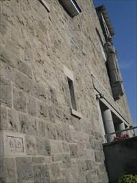 Photo avec angle de vue de la plaque et de la façade et la statue de St-Antoine.   Photo with viewing angle of the plate and the front and the statue of St Antoine.
