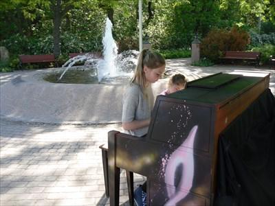 Photo du piano et de la fontaine. Permission pour la photo accordé.  Photo of the piano and the fountain. Granted permission for the photo