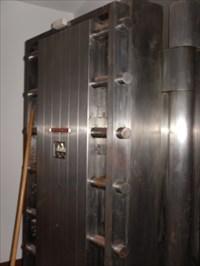 Photo du plan de la porte et ses tiges de métaux de sécurité.  Photograph of the plane of the door and its security metal rods.