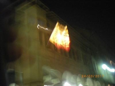 Sonnenuhr in der Nacht( Achtung die Fahne ist es nicht)