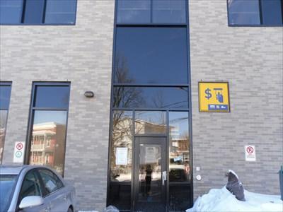 Porte arrière près du stationnement de la Maison du Citoyen.  Rear door near the parking lot of the Maison du Citoyen.
