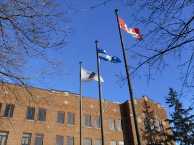 Trois drapeau au vent devant l