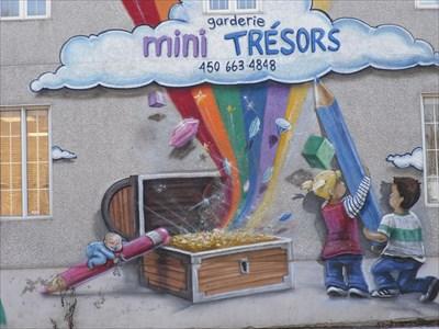 Murale Mini Trésors aux couleurs de Arc en Ciel.  Mini Treasures wall the colors of Rainbow