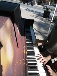 Partition a quatre mains sur le clavier du piano public.  Partition four hands on the piano keyboard to the public.