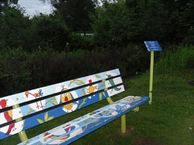 Le banc et son petit panneau information.  The bench and a small information panel.