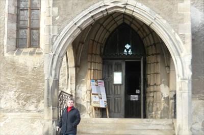 půlka týmu a vchod do kostela