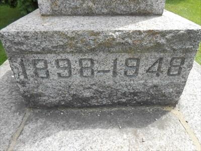 Date 1898-1948 gravé dans la pierre.  Date 1898-1948 engraved in stone.