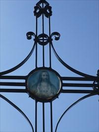 Photo rapproché de la partie du haut de la croix.  Close picture of the upper part of the cross.