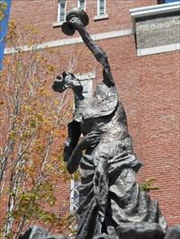 Gros plan sur la statue stylisé.