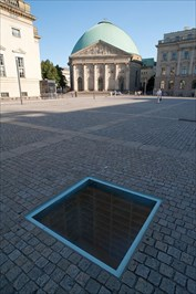 Source:https://de.wikipedia.org/wiki/Denkmal_zur_Erinnerung_an_die_B%C3%BCcherverbrennung#/media/File:Bebelplatz_mit_Mahnmal_B%C3%BCcherverbrennung_Aug_2009.jpg
