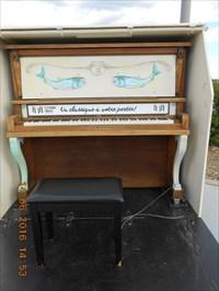Le piano a votre portée avec sa boîte de protection.  The piano available with its protective box.