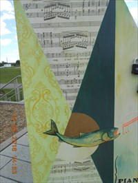 Photo avec vue sur un côté du piano.  Photo overlooking one side of the piano.