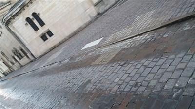 Au sol les paves blancs représentent les piliers de la structures d