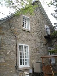 Photo de la maison du côté droit.Photo of the house on the right.