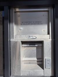 Guichet sécurité pour dépôts commerciaux jour et nuit.  Security window for commercial deposits day and night.