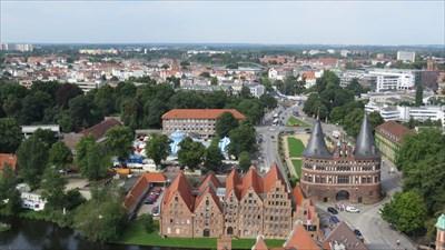 2017-08-07 ulven7470 Lübeck Holstentor, Salzspeicher und Circus Roncalli.