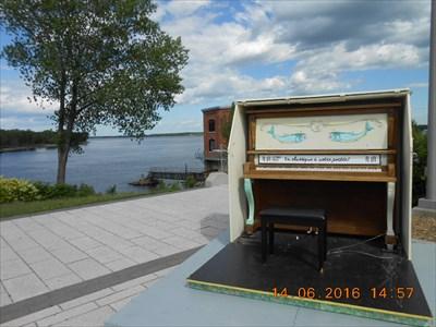 Le piano avec vue sur la rivière. Piano with river views.