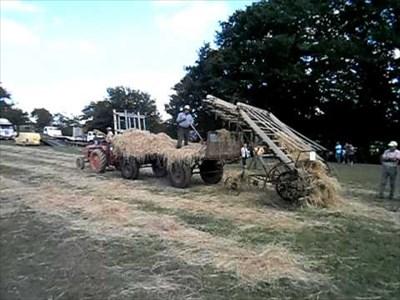 Le chargeur à foin au travail.  Hay loader at work.