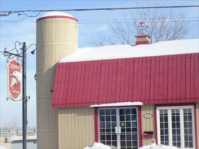 Vue du restaurant La Crèmerie du Village et son enseigne bien représentatif.  View The Creamery Restaurant Village and teaches quite representative.