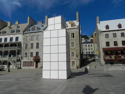 La sculpture 'Dialogue avec l'histoire'