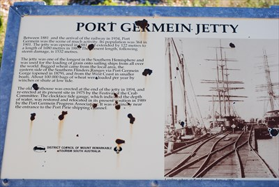 Photo of the information placard at the entrance to the lighthouse and jetty.