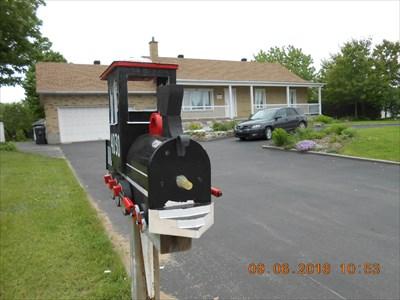 Le locomotive noir et la maison du 4030 Rang St-Mathieu.  The black locomotive and home of the 4030 Rang St-Mathieu.