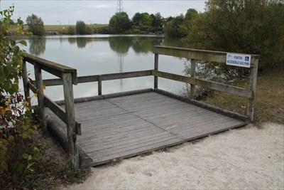 Un ponton bien installé sur les bords de ce lac. Parfait exemple d'adaptation du terrain aux handicapés.