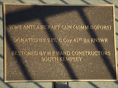 The bronze plaque for this Anti-Aircraft gun at the front of the Kempsey RSL Hall. 1556, Sunday, 30 April, 2017