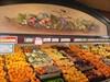 Comptoir de fruits et murale de fruits au dessus.  Fruit counter and wall fruit above.