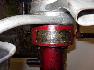 Photo de la plaque du fabriquant, modèle et no. série.  Photo of the plate manufacturer, model no. series