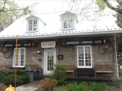 Ancienne maison du bedeau devenue crèmerie. Le Berlingot.  Former home of the sexton became creamery. The Berlingot.