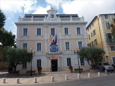 la mairie d'ollioules aux couleurs des bleus