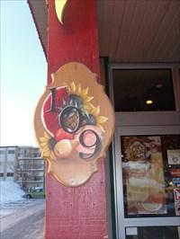 Placé près de la porte ce porte numéro civique très joliment peint et très a propos.   Placed near the door this civic issue focuses beautifully painted and very well chosen.