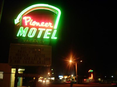 PIONEER MOTEL NEON ON CENTRAL