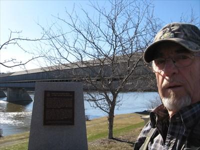 Ve0mow en arrière plan plaque commémorative et le Pont couvert.