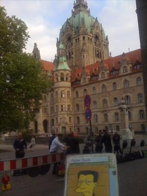Das Neue Rathaus ... versteckt hinter einigen Segway-Fahrern.