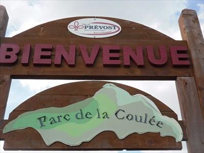 Photo de la partie du haut du panneau en bois brun.  Photo of the top part of the brown wooden panel.