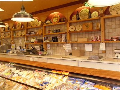 Plus de 1000 sortes de fromages beau comptoir et déco de circonstance.  more than 1,000 kinds of fine cheeses and occasional counter deco.