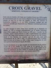Photo gros plan du texte de la plaque commémorative.  Photo close-up of the commemorative plaque text.