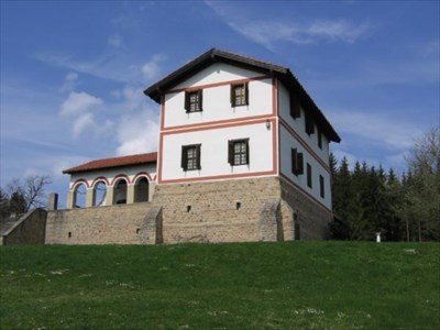 "The main building is in the style known as ""Porticusvilla with Siderisalits"". Characteristic are the two corner wings jutting forward and connected by an open-air colonnade, the porticus."