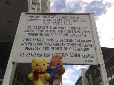 Max & Tibärius am Checkpoint Charlie - Berlin, Germany