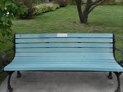 Le banc fait de matières recyclés et de métal ouvragé.  The bench made from recycled materials and metalwork.