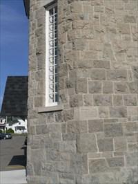 Photo de la plaque 1945, du mur et de la fenêtre de côté gauche.  Photo of the plate 1945, and the wall of the left side window.
